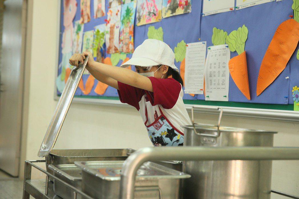 埔和國小學生打開餐盒、準備分營養午餐給所有同學。記者林伯東/攝影