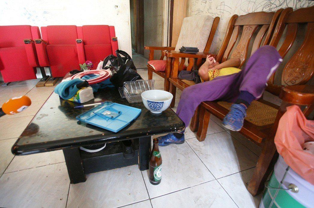 小賢在家中散落的空酒罐旁天真的說,喜歡爸媽喝酒,因為喝了酒就不會打架,會早點睡。...