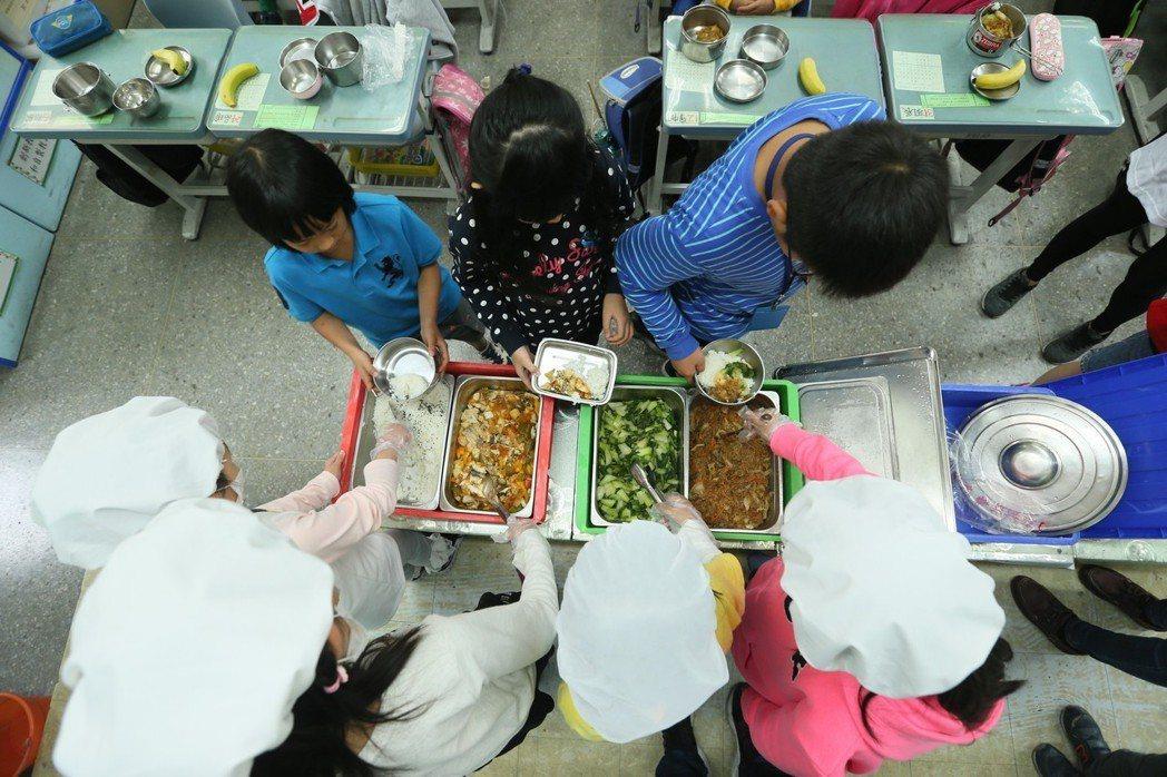 學生打菜。記者林伯東/攝影