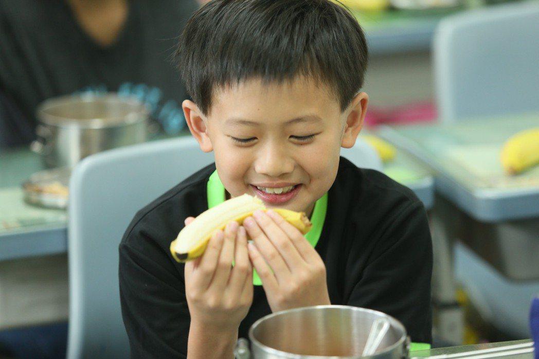 西松國小學生吃營養午餐。記者林伯東/攝影