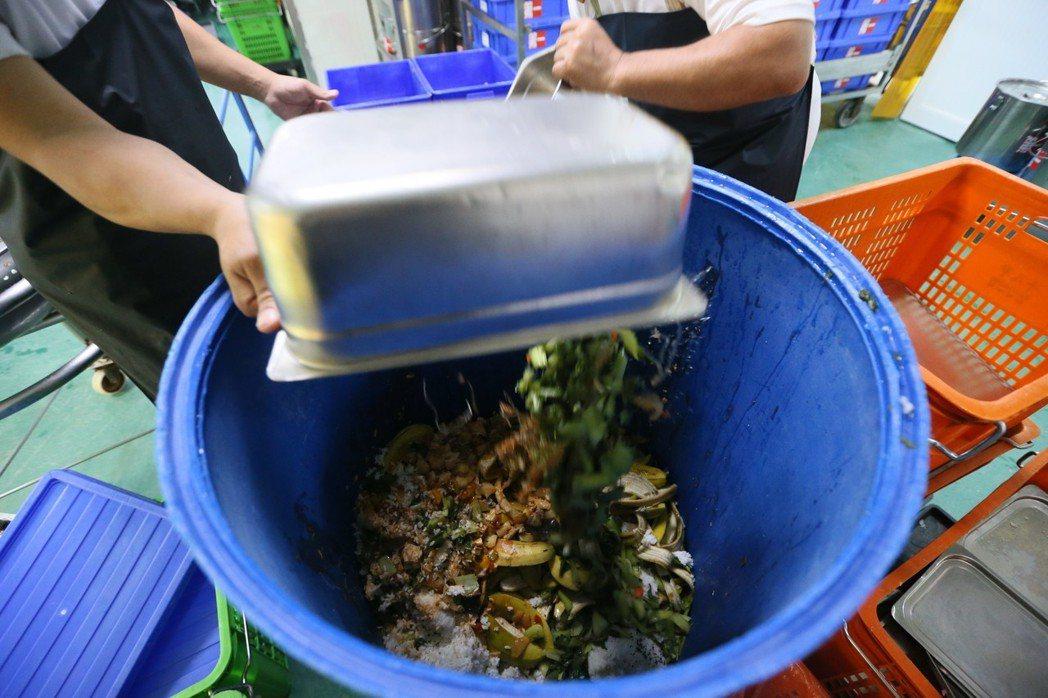 吃不完的營養午餐變成一桶桶廚餘。記者林伯東/攝影