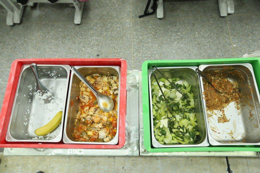 當天的菜色糖醋水煮魚不是很受小朋友歡迎,青菜也剩下不少。記者林伯東/攝影