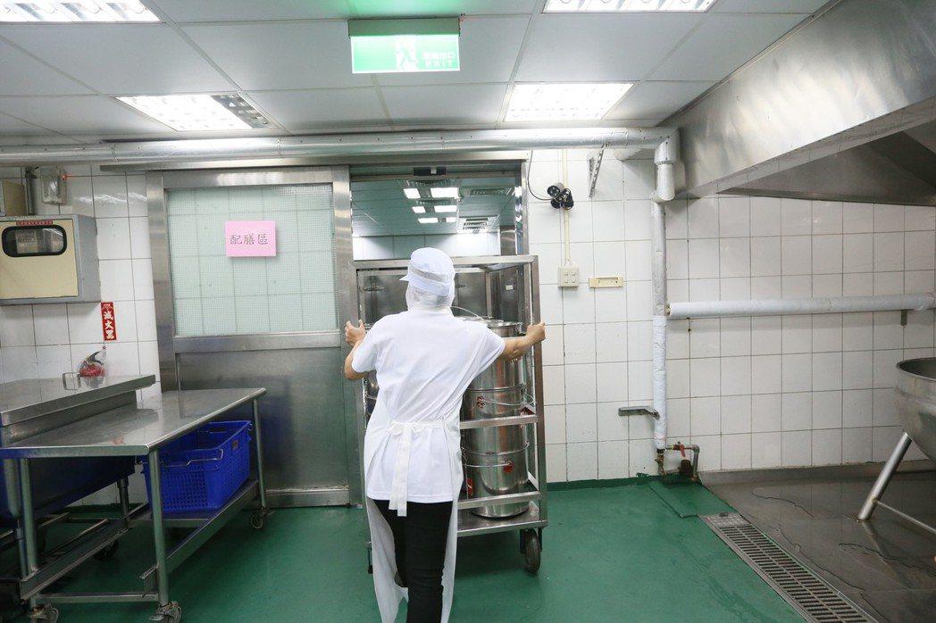 上千份餐點,得由十二名廚工在三個多小時內烹調打配完成。記者林伯東/攝影