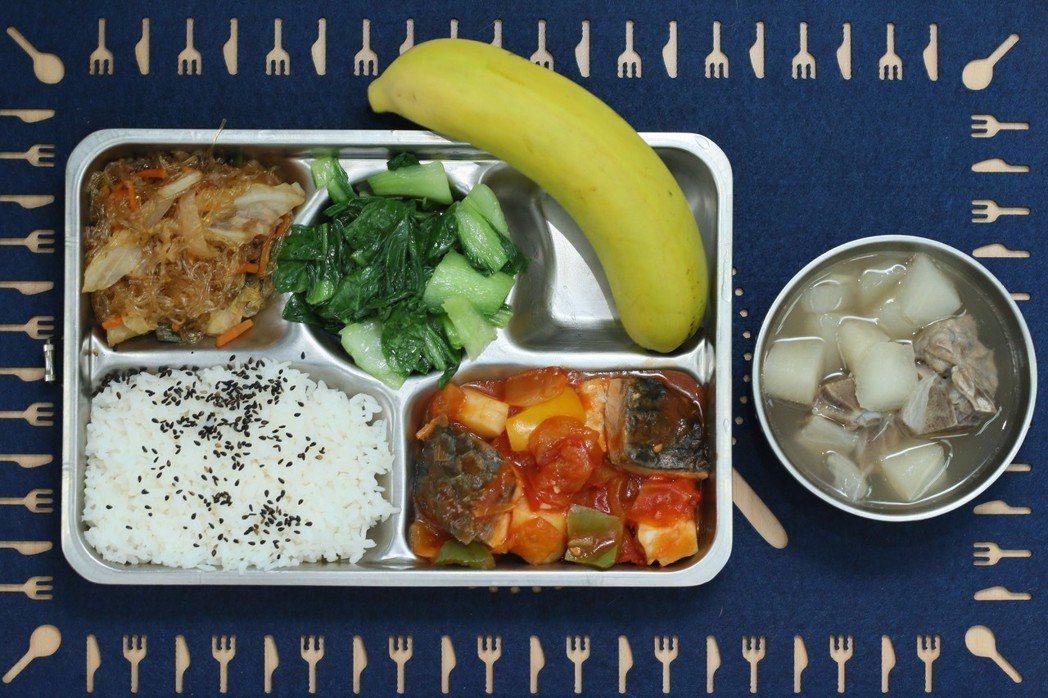記者到訪西松國小當天,午餐菜色為糖醋水煮魚、蔬菜冬粉和青江菜,配上鮮瓜湯。記...