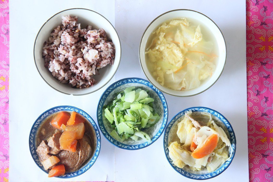 記者到訪學校當天,是學校的全有機日,菜色是紅燒滷肉、白菜滷、味美菜、高麗菜蛋花湯...