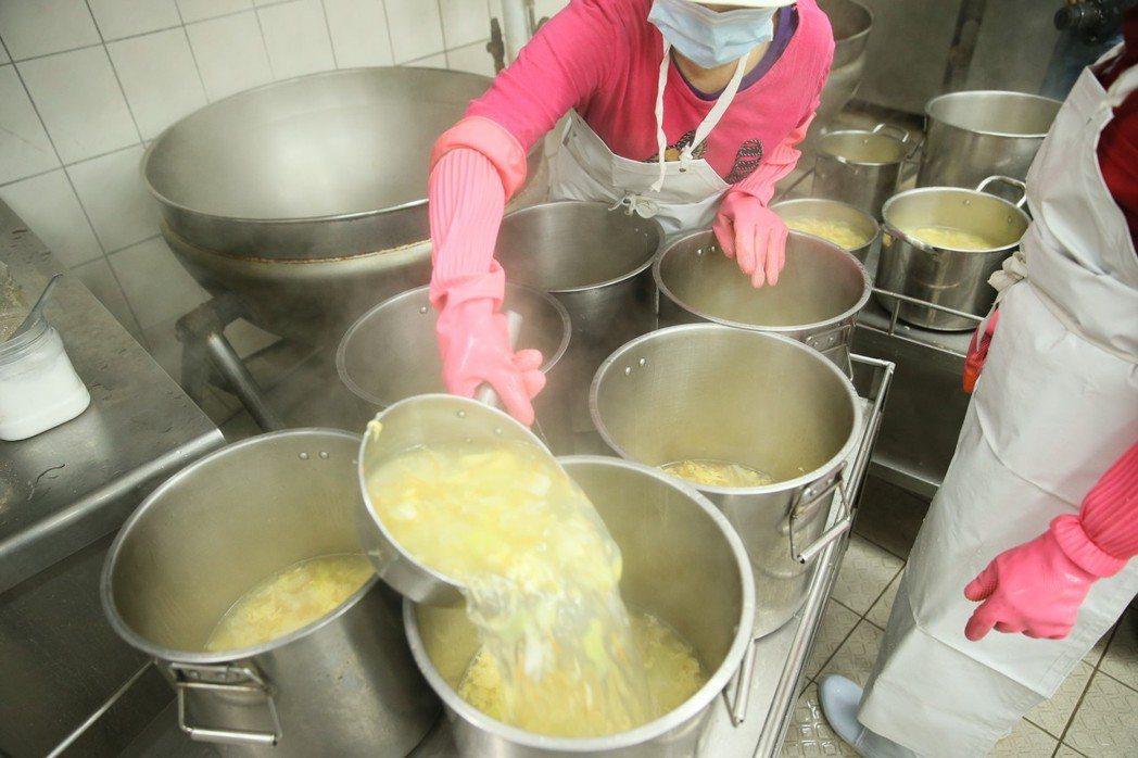 埔和國小學校內自設廚房,每天早上七點開始洗菜等準備作業,十一點半前完成三菜一湯,...