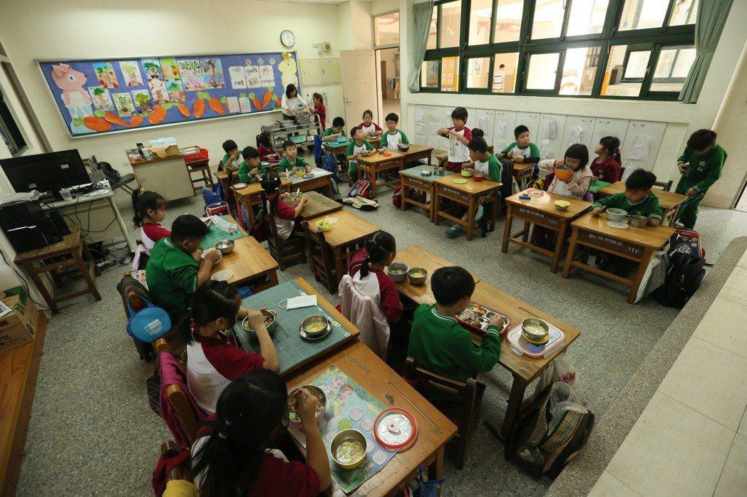 埔和國小學生吃營養午餐。記者林伯東/攝影