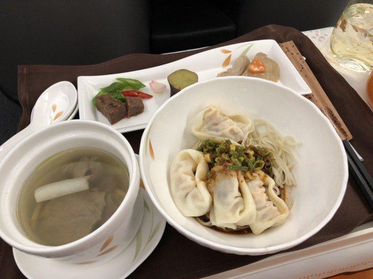 中式餐點(去程):鼎泰豐蝦肉紅油抄手拌麵、清燉牛肉湯 圖文來自於:TripPlu...