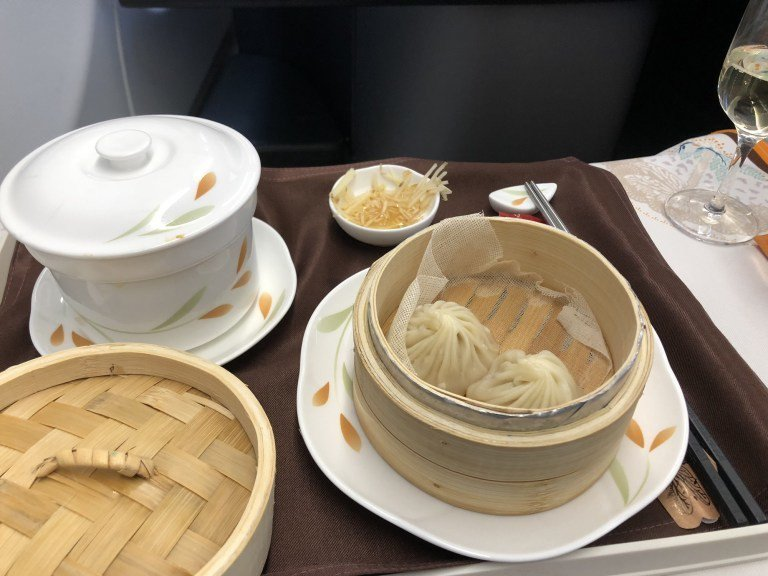 中式餐點(去程):鼎泰豐小籠包、原盅雞湯 圖文來自於:TripPlus