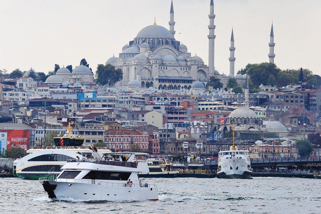 搭船遊博斯普魯斯海峽,能從海上角度欣賞伊斯坦堡的城市風光。