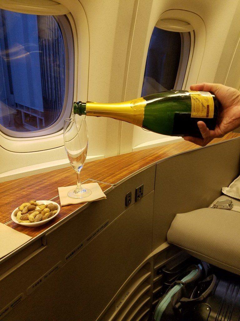 起飛前,當然先來杯Krug香檳與熱堅果囉! 圖文來自於:TripPlus ...
