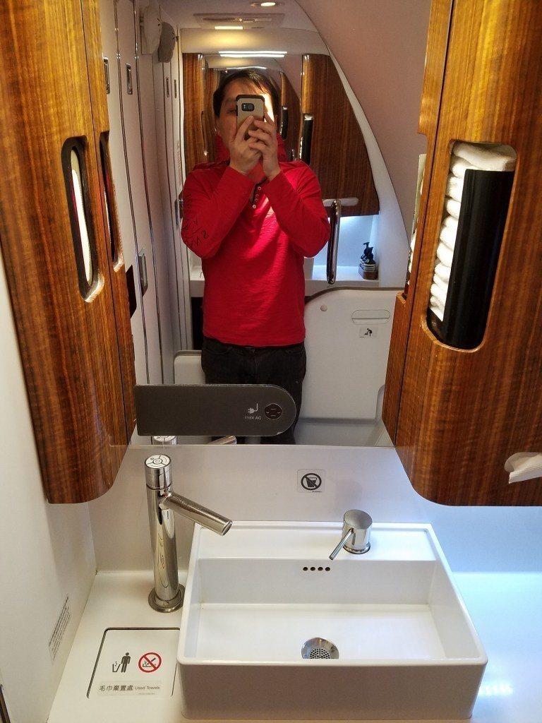 廁所鏡子與洗手台 圖文來自於:TripPlus