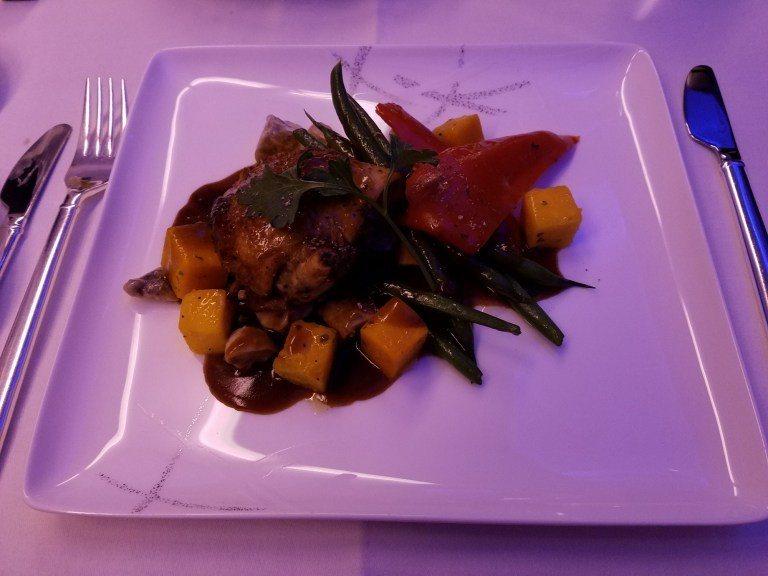 主菜-香煎雞胸肉搭配蔬菜,雞肉有點略乾,蔬菜與醬汁倒是還不差 圖文來自於:Tri...