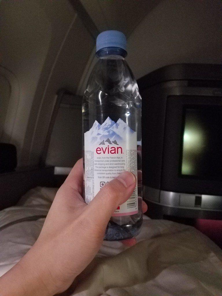 睡前空服姊姊給我的法國品牌-Evian礦泉水 圖文來自於:TripPlus