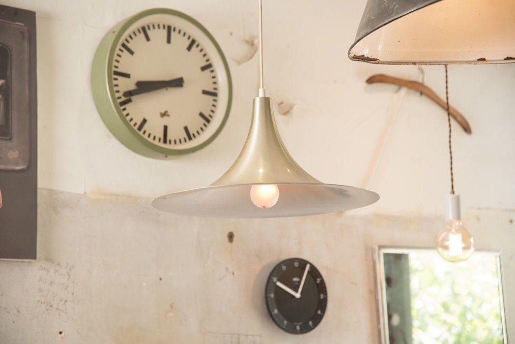 各式歐美燈具與時鐘。