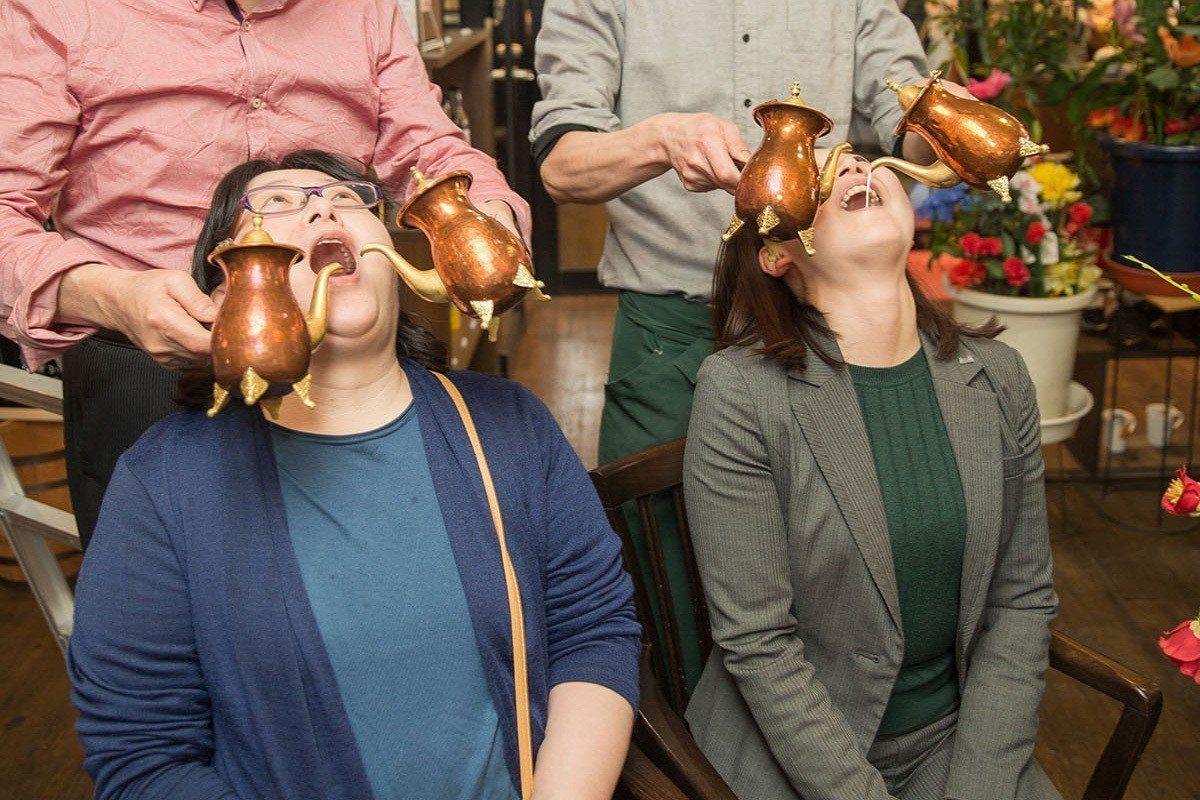 拉「咖啡」表演完後還會請客人張開嘴巴,自己當「杯子」。