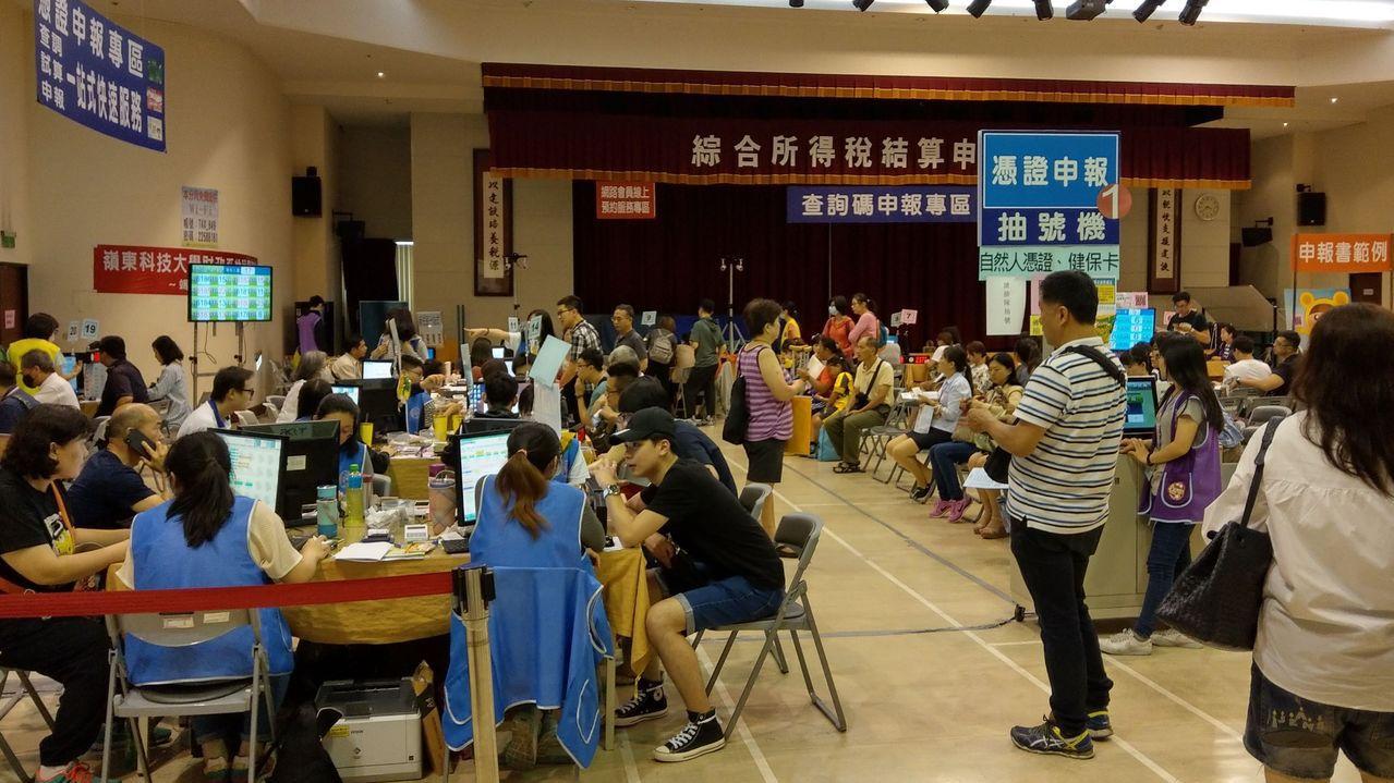 5月報稅季來臨,很多民眾到財政部中區國稅局台中分局報稅。記者趙容萱/攝影