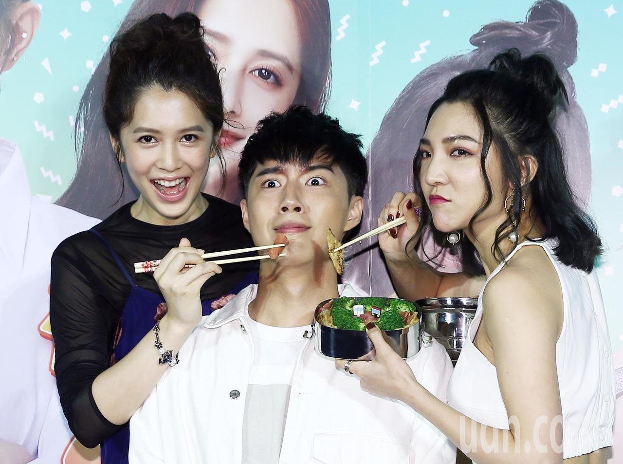 電影《有五個姊姊的我就註定要單身了啊》舉行記者會,片中飾演二姊的劉奕兒(左)、飾...