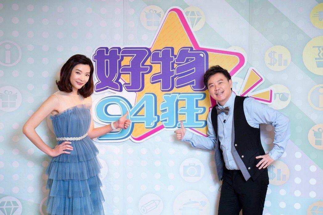 購物專家禹安(左)和命理老師小孟主持東風「好物94狂」第二季。圖/東風提供