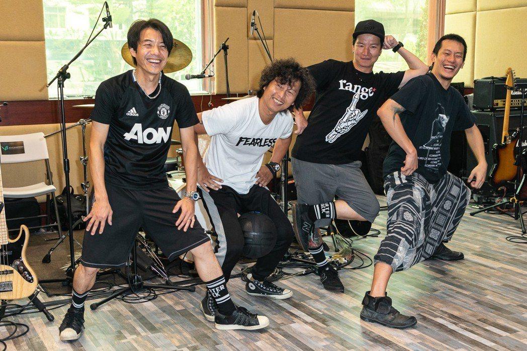 四分衛笑說五月天承諾要來看演唱會,但當天卻在新加坡有演出。圖/就是現場提供