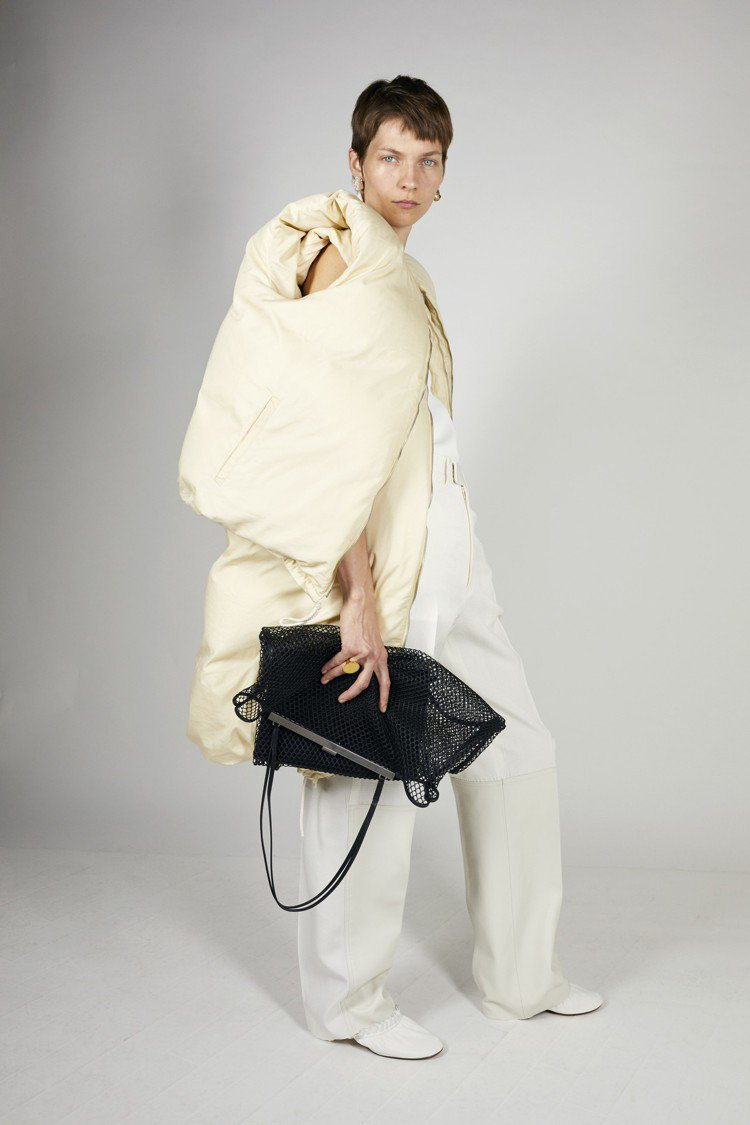 CÉLINE首度推出輪廓別緻的鵝絨鋪棉單品。圖/CÉLINE提供