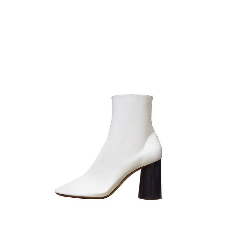 白色小羊皮高筒靴,售價37,900元。圖/CÉLINE提供