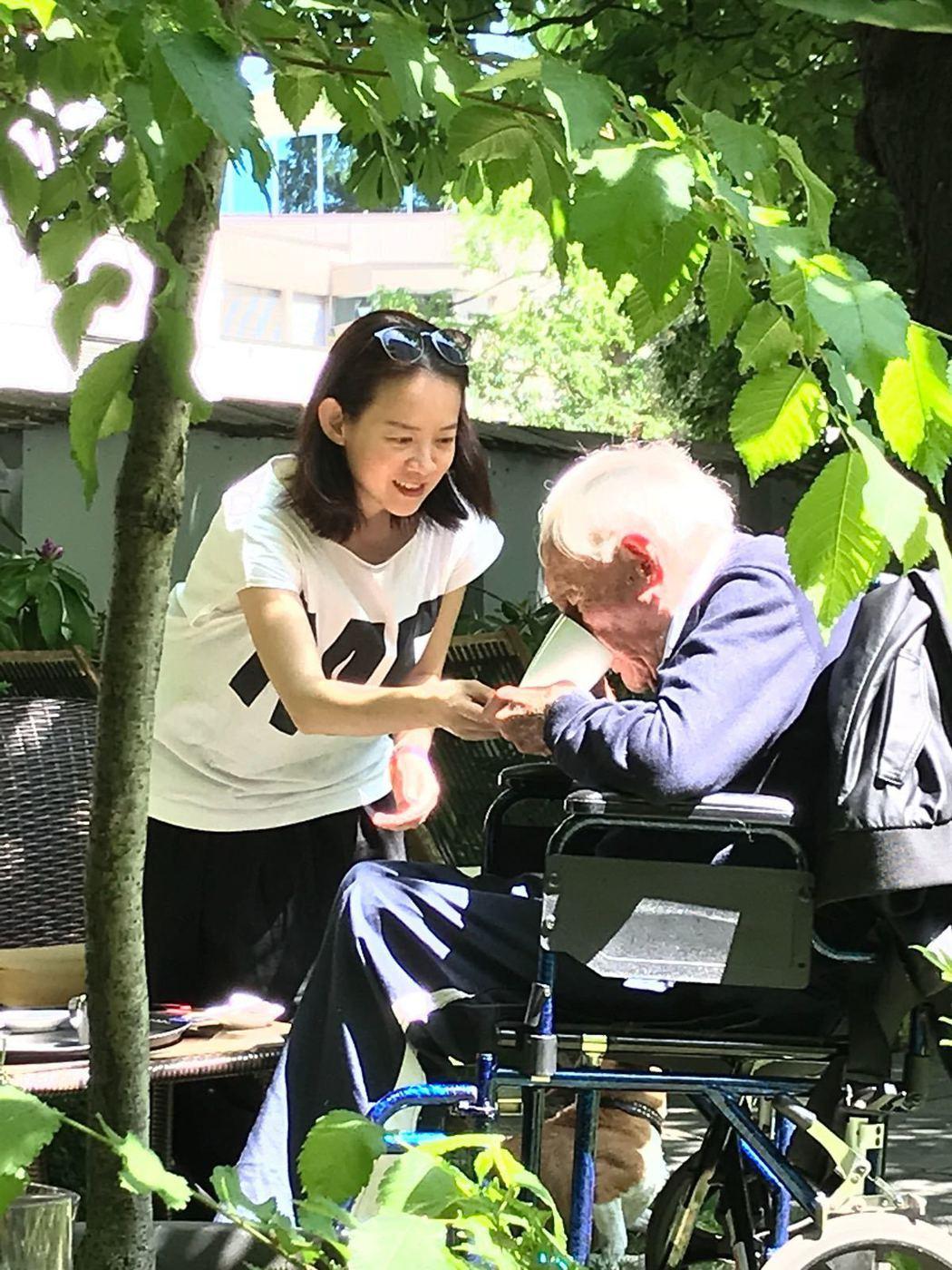 曾寶儀(左)在104歲生態學家古道爾安樂死前,和他相處了3天,兩人有許多接觸。圖...