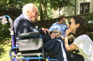 5月9日,曾寶儀在瑞士巴賽爾見證104歲澳洲生態學家古道爾的安樂死,3天裡陪伴他身邊吃飯、和他閒聊,最後一刻她內心充滿矛盾,「剩下1小時他就不在這世上,我卻為了工作在這裡打擾他和家人最後相處,直到他...