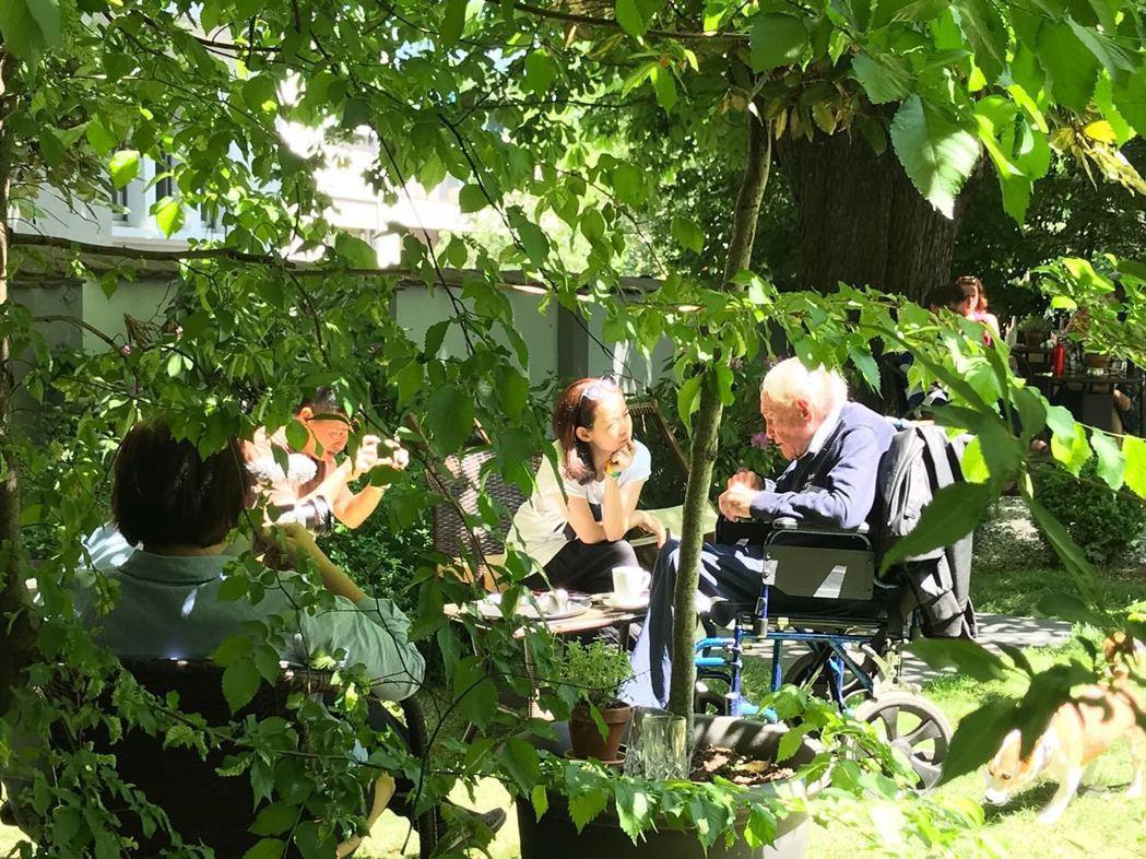 曾寶儀(中)陪104歲生態學家古道爾在植物園裡。圖/曾寶儀提供