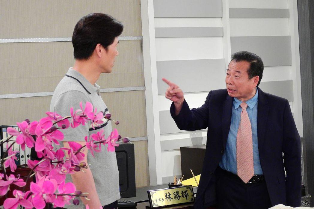廖峻(右)一出場就教訓羅時豐。圖/台視提供