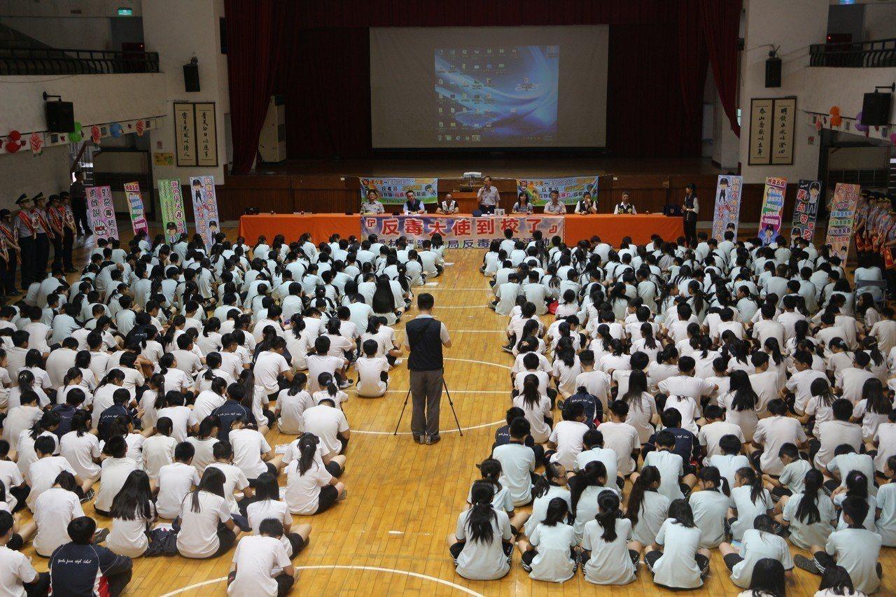 雲林縣警察局長許錫榮向師生宣導毒品的可怕性。記者邱奕能/攝影