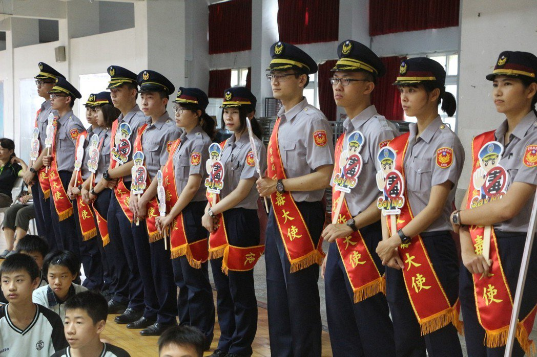 雲林縣警察局24名反毒大使,向師生與社區居民宣導反毒打詐。記者邱奕能/攝影
