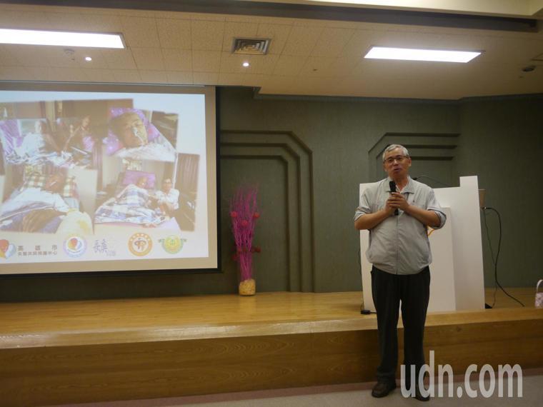 林進民提早退休照顧失智雙親,忍住喪父悲痛參加紀錄片首映會。記者徐白櫻/攝影