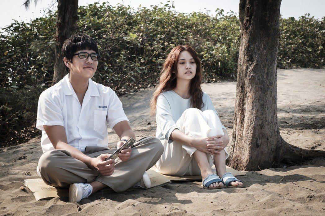 楊丞琳(右)劇中被藍正龍飾演的高中時期前男友「魂魄」糾纏。圖/八大提供