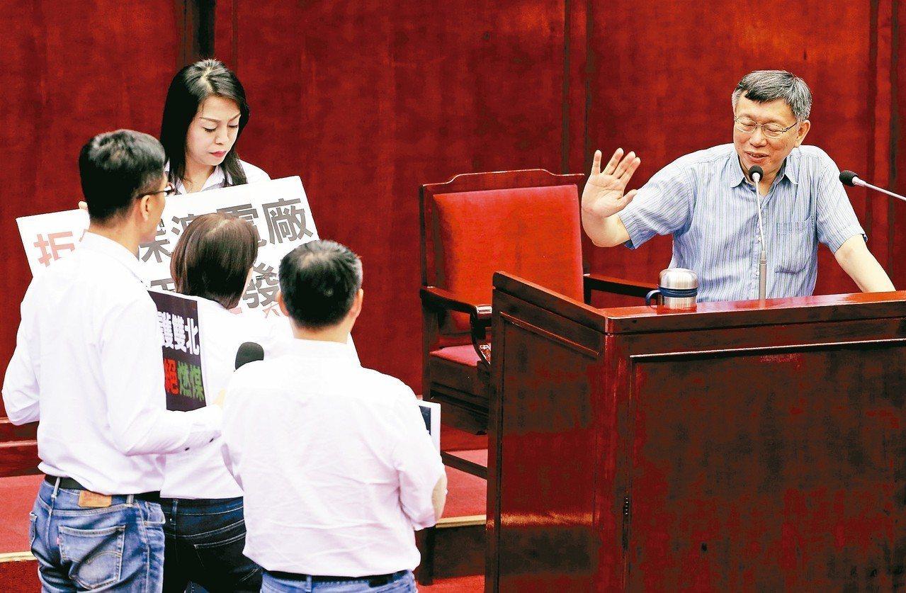台北市議員王鴻薇等人昨要求台北市長柯文哲(右)簽名連署反對深澳電廠,遭柯文哲拒簽...