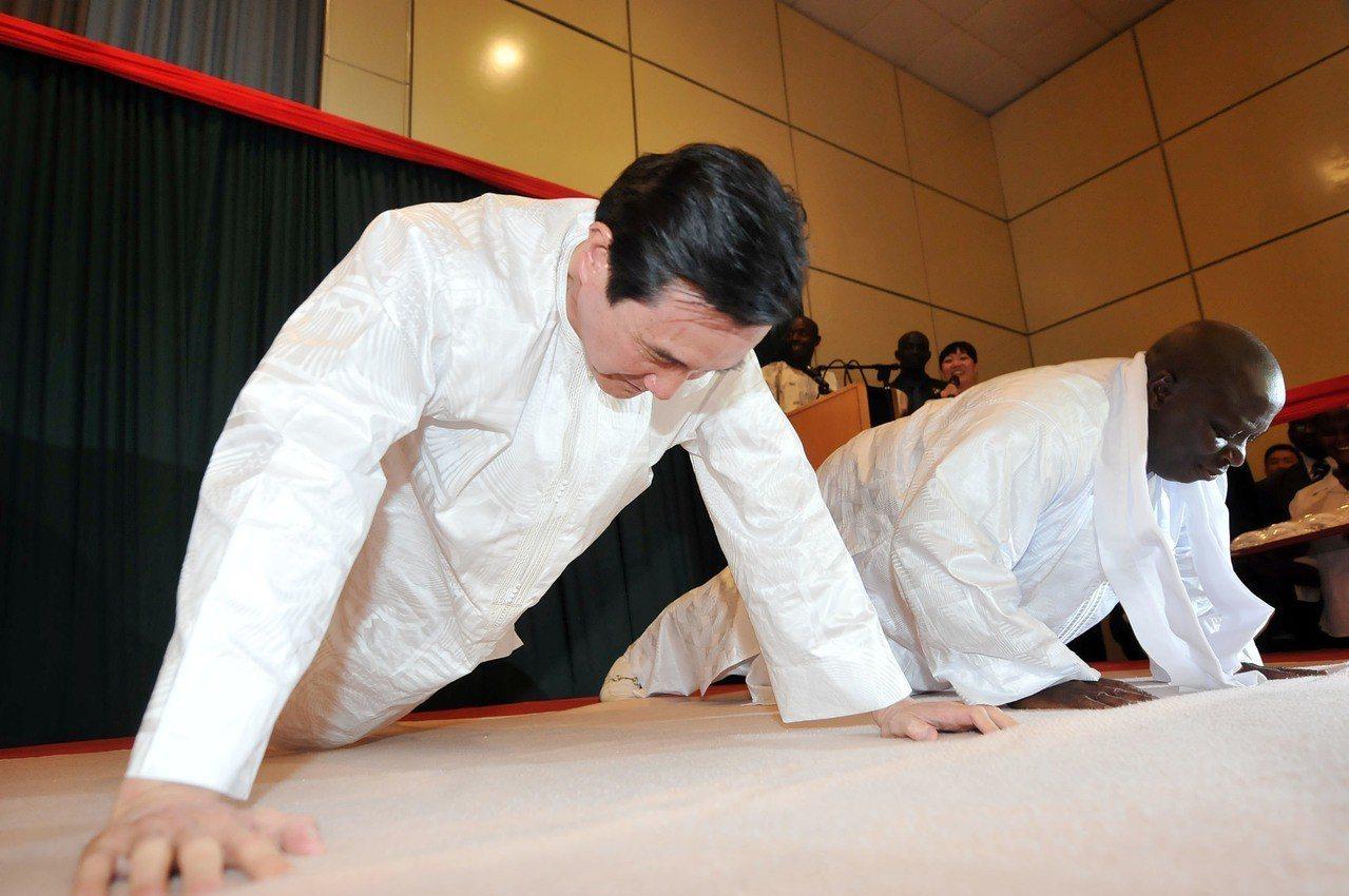 非洲國家甘比亞總統賈梅二○一三年宣布與台灣斷交。圖為馬英九(左)二○一二年訪問甘...