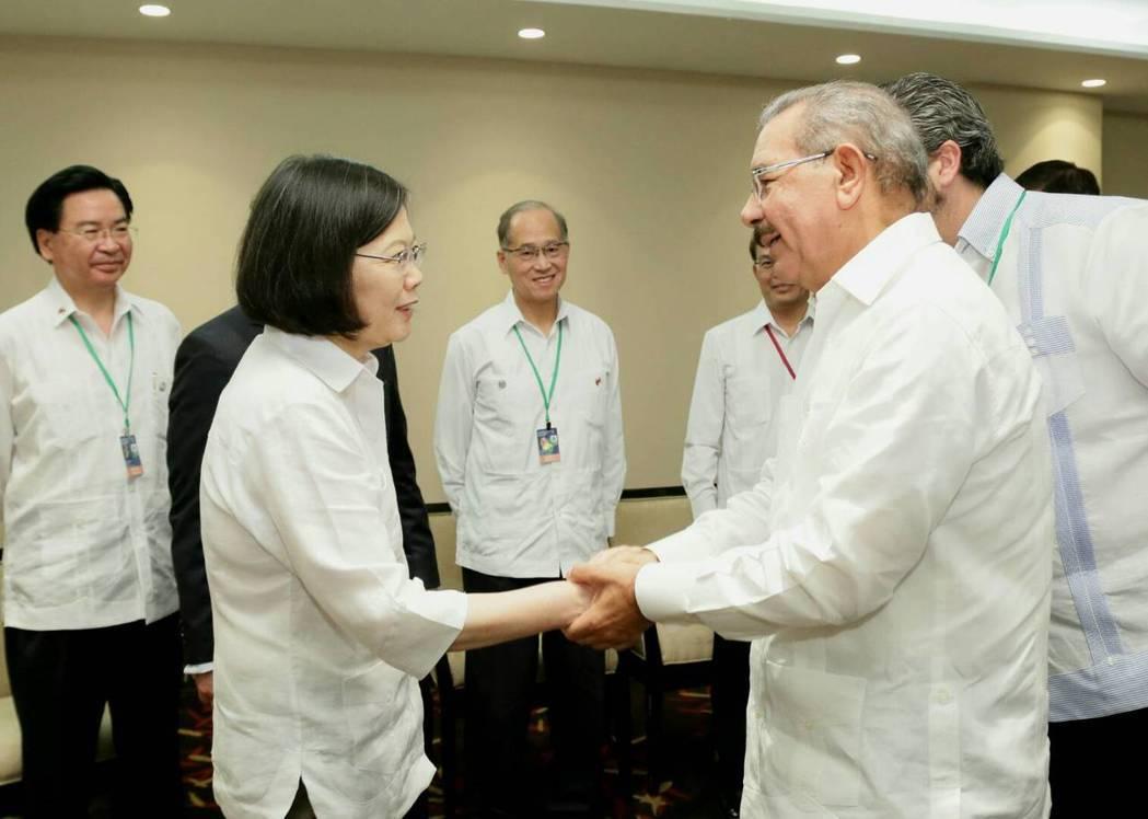 圖為2016年多明尼加總統梅迪納(右)與蔡英文總統會晤。多國今年5月與中華民國斷...