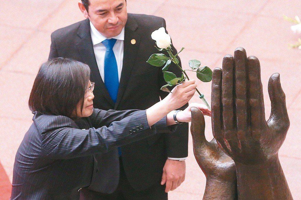 總統蔡英文(左)去年出訪中美洲友邦,抵第三站瓜地馬拉,瓜國總統莫拉雷斯在文化宮以...