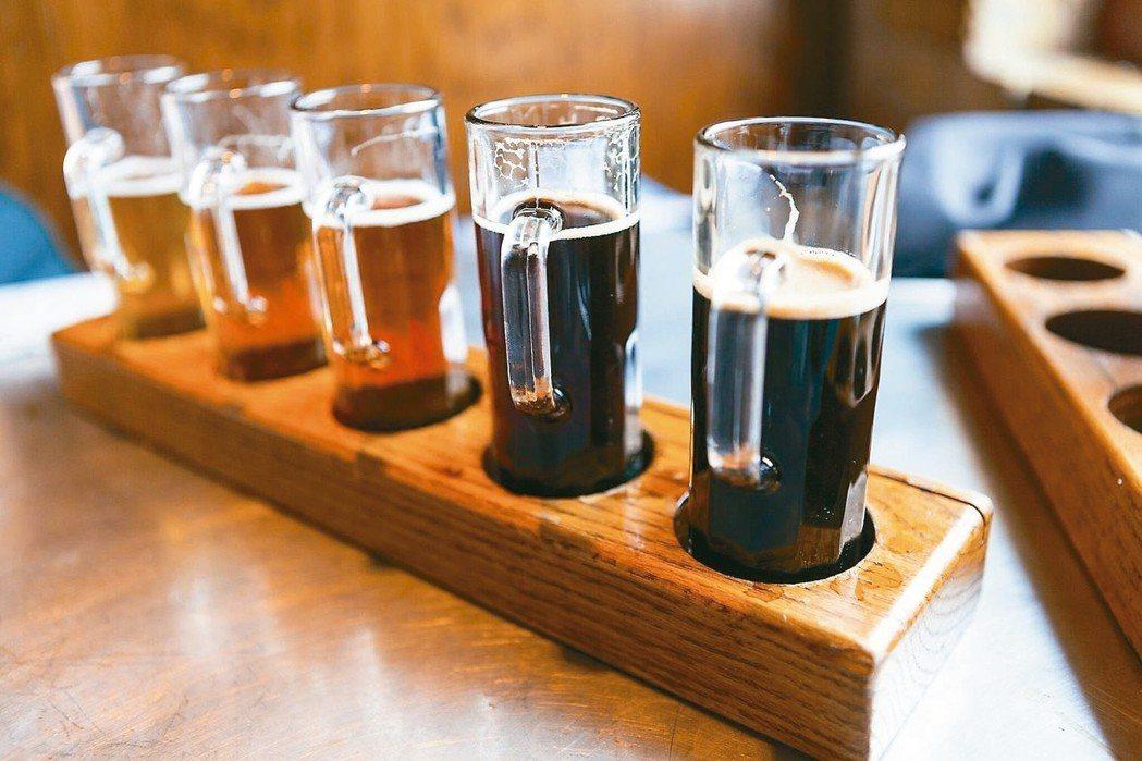 精釀啤酒風潮興起,進口啤酒銷量增,帶動進口酒稅收明顯成長。 報系資料照