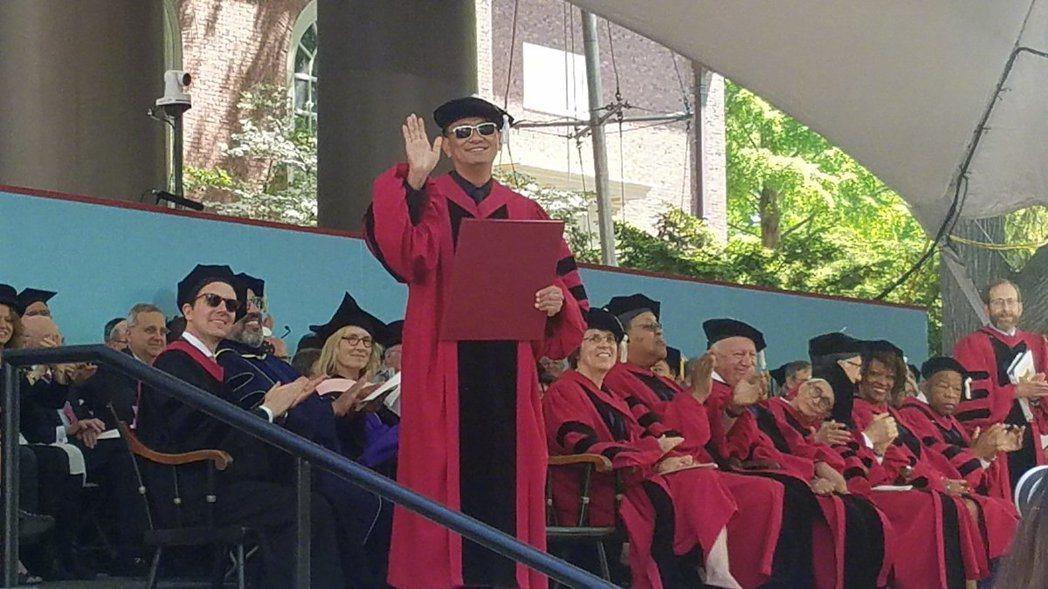 名導王家衛獲哈佛榮譽藝術博士學位。 圖/擷自微博