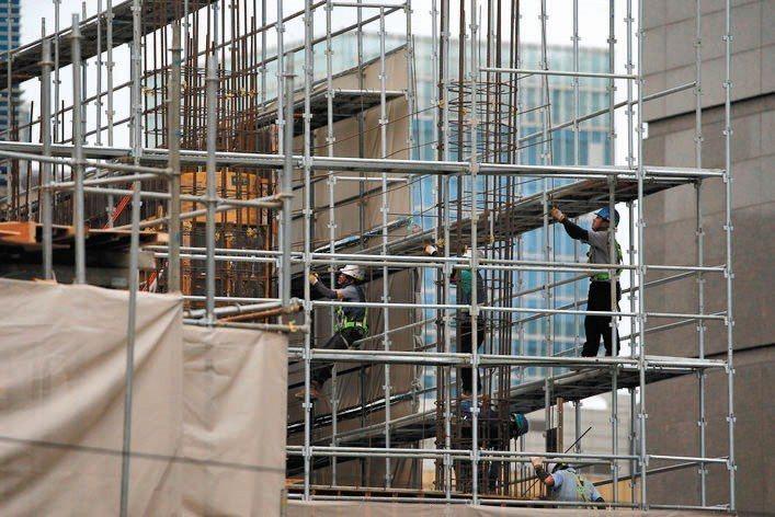 營建業受到下半年利率可能上調、選舉議題干擾,產業景氣墜至半年新低。(示意圖) 路...
