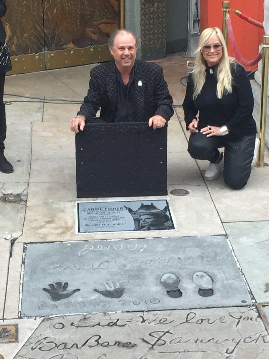 嘉莉費雪的弟弟代表開紀念嘉莉費雪的匾牌。 圖/擷自好萊塢中國大戲院推特