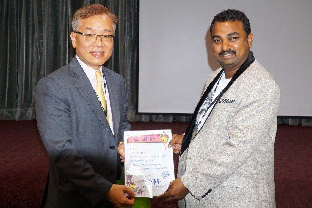 大葉大學副校長葉釋仁(左)頒發感謝狀給印度學者S._Smys(右) 大葉大學/提...