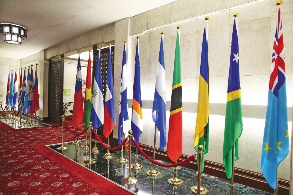 我國目前友邦僅剩18國,圖為懸掛於外交部的邦交國國旗,與我國國旗相鄰而立者為布吉...