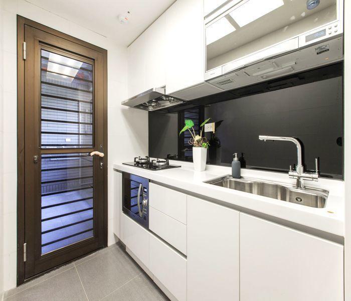 「合康雲極」廚房流理臺設計簡約寬闊,設備選用知名的林內、SVAGO的微波烤爐、抽...