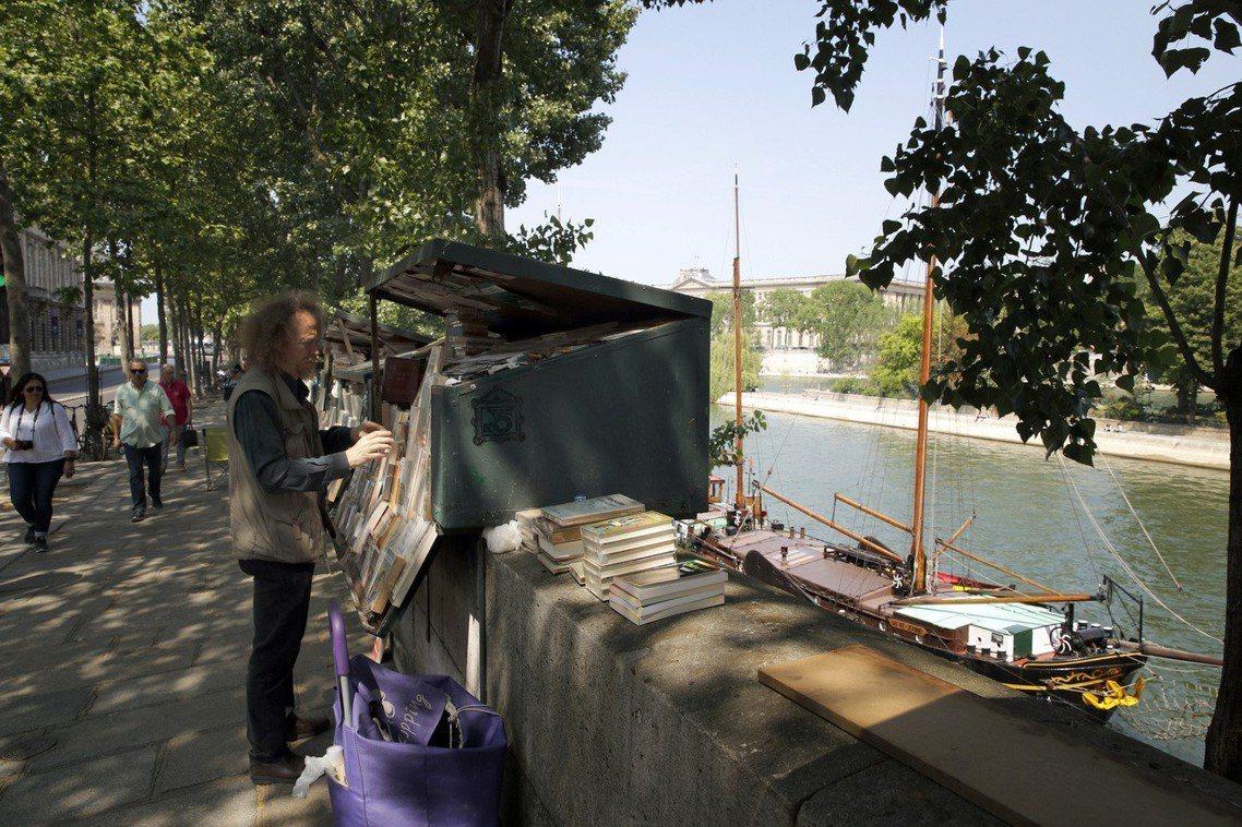 卡萊(左)在塞納河賣書已經27年,見證舊書攤的興衰。 圖/美聯社