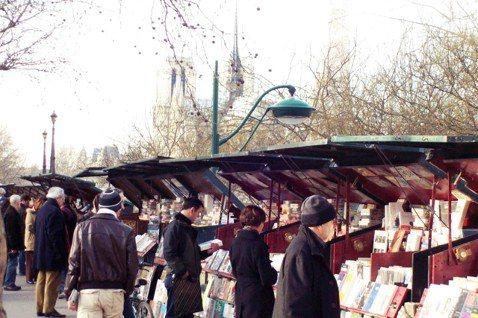 塞納河畔的舊書攤已有500年歷史。 圖/Flickr@pierre bourru