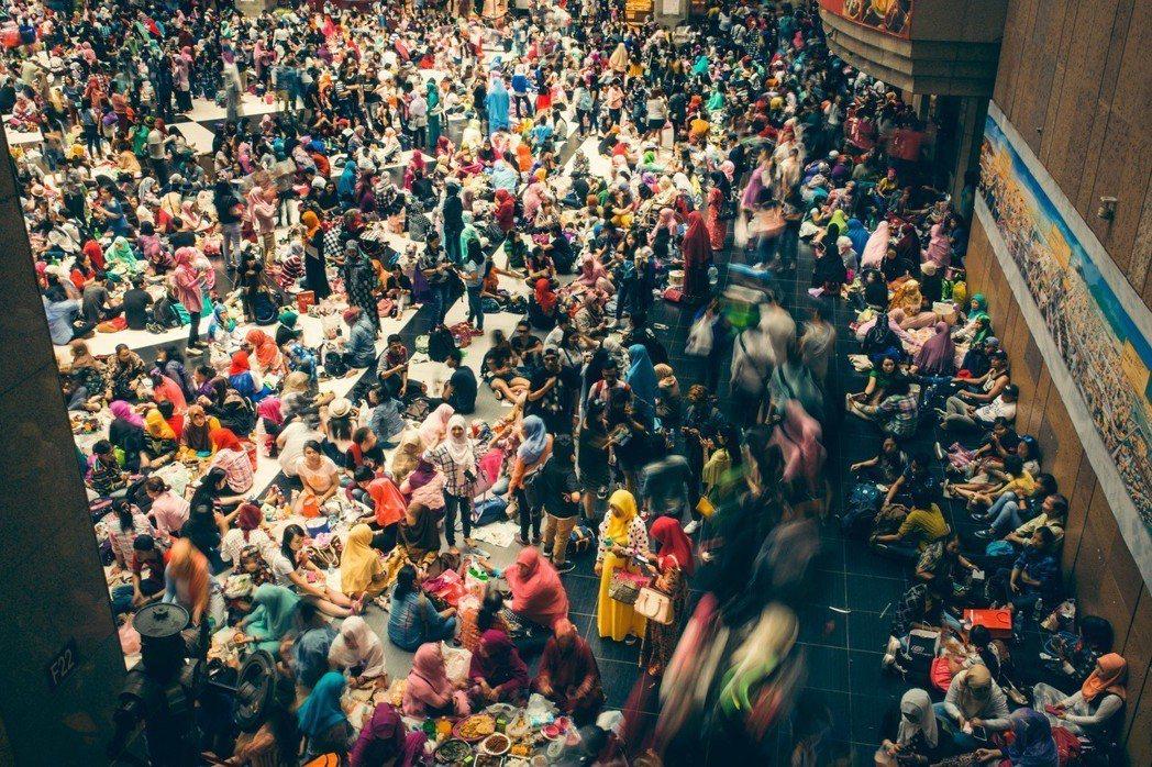 台灣有67萬名的東南亞移工,在2400多萬人口的台灣,每40人裡就有一位,他們撐...