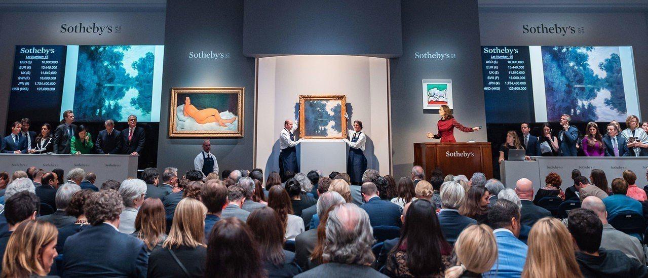 紐約蘇富比「印象派及現代藝術晚拍」競標莫內作品場景。圖/蘇富比提供。