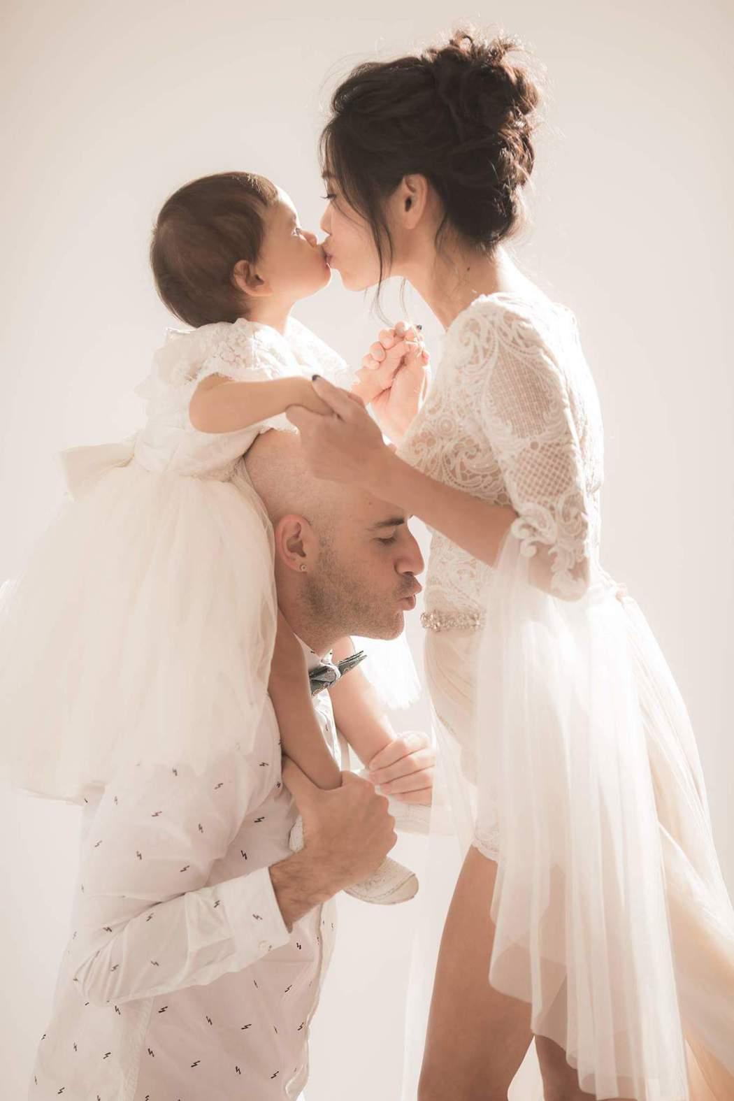吳鳳開心宣布老婆又懷孕。圖/摘自吳鳳臉書